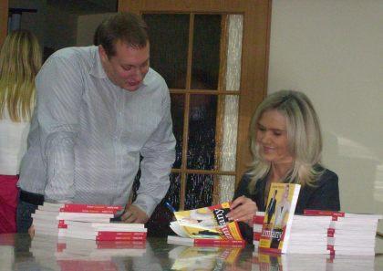 Autorka Anna Kalata podpisuje swoją książkę