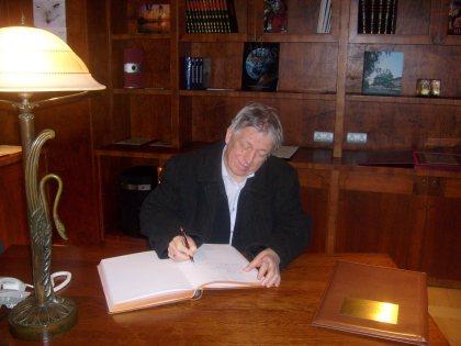 Bloger Kejow dokonuje wpisu w Księdze Pamiatkowej